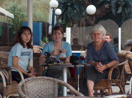 Děvčata se svou holandskou bytnou