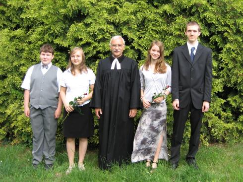 Farář s konfirmandy a křtěnci
