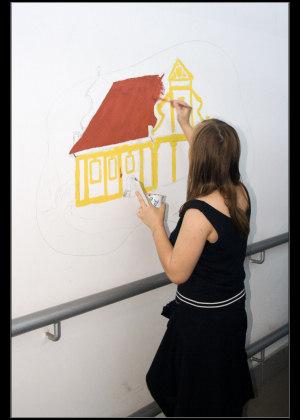 Malování kostela v nádražní hale